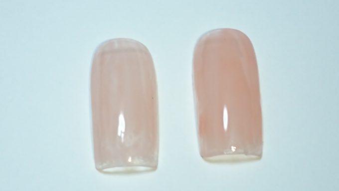 ネイルケアヴェール バイ リコアング ヌーディピンクを塗ったネイルチップ。左が一度塗りで、右が二度塗り。