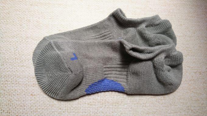 3COINS×グンゼの靴下。色はグレーと特殊な青。