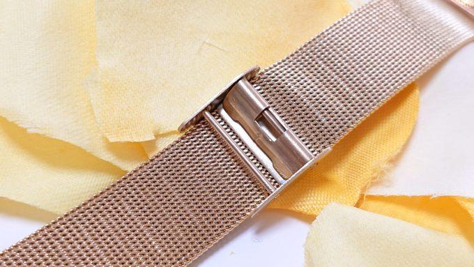 H&Mのレディース腕時計(ゴールド)の留め具を撮影した写真。