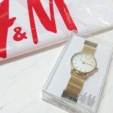H&Mのレディース腕時計(ゴールド)の写真。ショッパーと一緒に撮影しています。