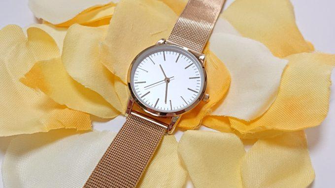 H&Mのレディース腕時計(ゴールド)を斜めに配置した写真。