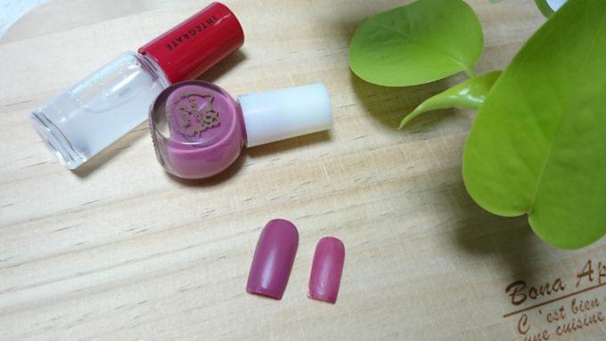 キティネイル スモーキーピンク/SMOKEY PINKにインテグレート ネールズN01を重ねて塗ったネイルチップを撮影した写真。