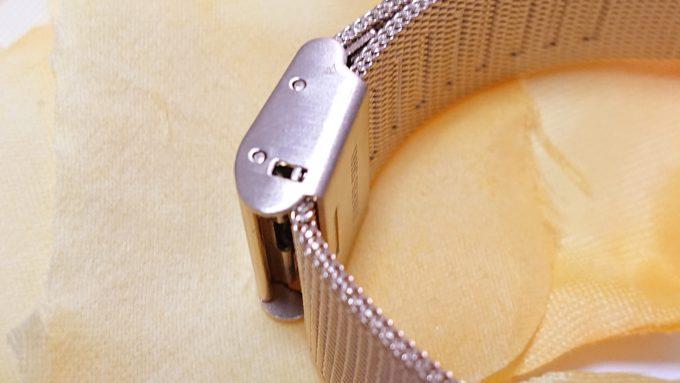 H&Mのレディース腕時計(ゴールド)の留め具を横から撮影した写真。