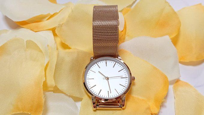 H&Mのレディース腕時計(ゴールド)を正面から撮った写真。