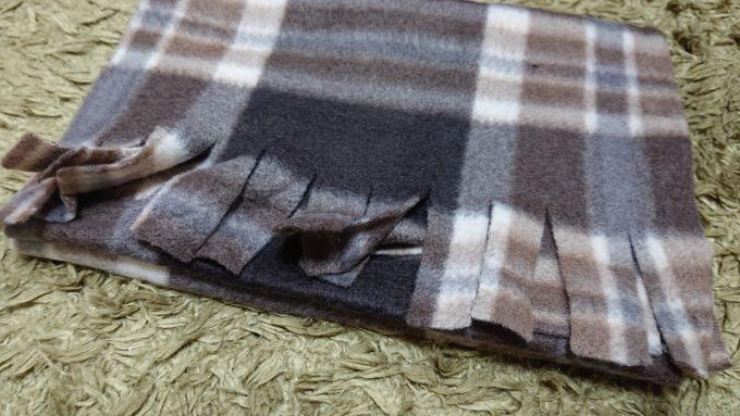 2019年3COINS福袋のマフラーのフリンジ部分の写真。布を切る事によってフリンジになっています。
