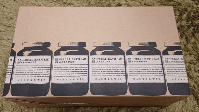 マークスアンドウェブ・ニューイヤーサンクスバッグの箱(持ち手付き)の写真。持ち手付きの段ボール箱に商品の絵柄が描いてあります。