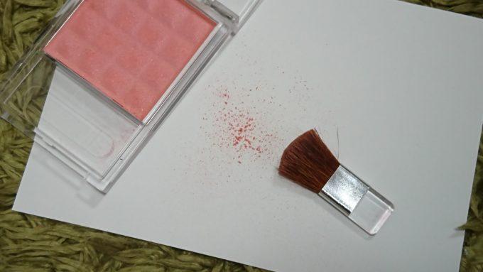 紙の上に出したエルファー マルチチークの粉。あまり良い粉質とは言えない。